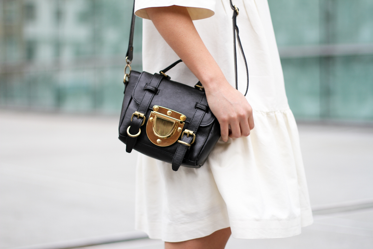 clochet-streetstyle-outfit-sushi-tiny-bag-stories-white-dress-zara-loafers-5